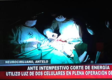 Corte-de-energia-obliga-a-realizar-cirugia-con-luz-de-celulares