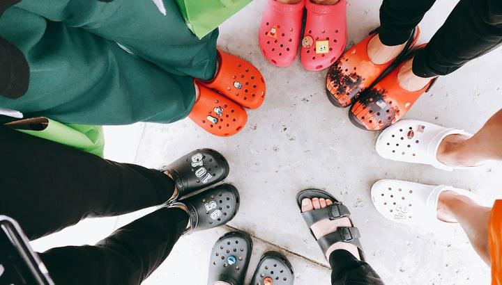 Crocs,-los-zapatos-feos-que-todo-el-mundo-utiliza-