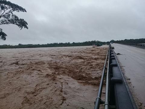 Cortan-el-trafico-en-el-puente-del-Rio-Yapacani-por-crecida