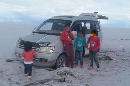 La-Policia-Boliviana-rescato-a-una-familia-que-se-quedo-varada-en-medio-salar-de-Uyuni