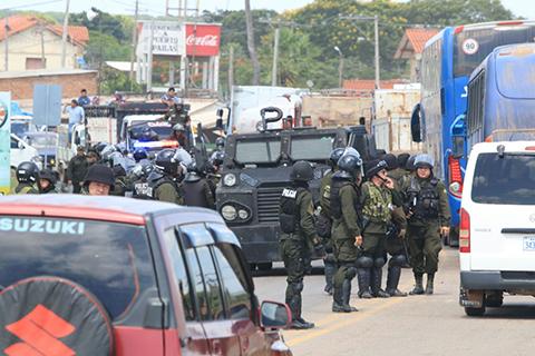 Un-operativo-de-la-Policia-desbloquea-el-puente-en-Puerto-Pailas