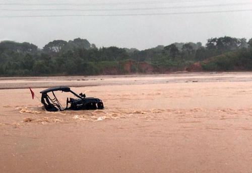 Un-vehiculo-4x4-casi-es-arrastrado-por-las-aguas-cuando-intento-cruzar-el-Pirai