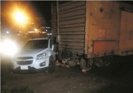 Vehiculo-impacta-contra-vagon-de-tren