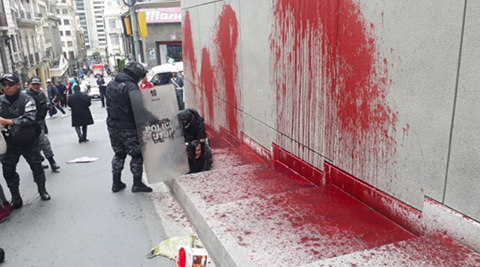 Activistas-de-Mujeres-Creando-lanzan-pintura-roja-a-la-Casa-Grande-del-Pueblo