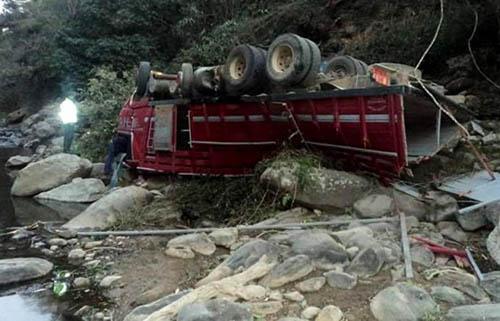 Una-camioneta-se-embarranca-en-los-Yungas;-hay-personas-desaparecidas-
