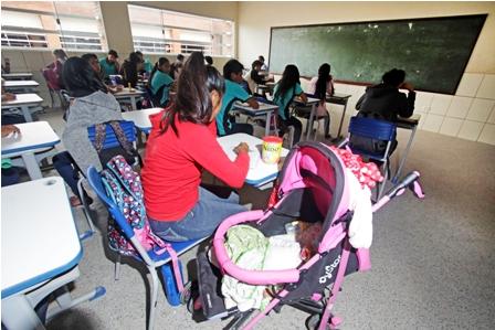7-mamas-adolescentes-concluyen-clases-en-un-modulo-escolar
