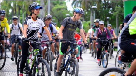 Deporte,-baile-y-diversion-se-mezclaron-en-el--Dia-del-Peaton-y-Ciclista-