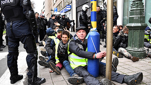 -Como-animales-:-La-Policia-belga-mete-a-decenas-de--chalecos-amarillos--en-un-establo-con-goteras
