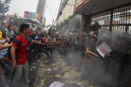 Tension-en-plaza-Abaroa:-Activistas-lanzan-huevos-y-pintura-a-la-Policia,-estos-reaccionan-con-gases-