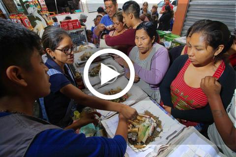 Largas-fila-para-comprar-mesas-de-ofrenda-a-la-Pachamama