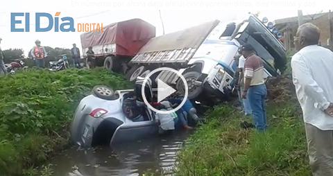 Camion-y-vehiculo-colisionan-en-la--curva-de-la-muerte--en-Montero