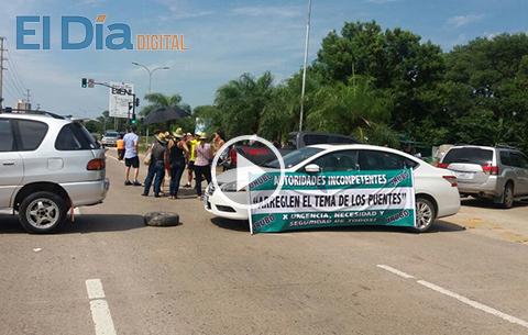 Vecinos-del-Urubo-bloquean-en-la-Av.-San-Martin-exigiendo-nuevo-puente
