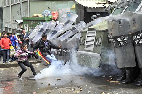 Policia-gasifica-a-cocaleros-de-los-Yungas-que-marchan-hacia-ADEPCOCA