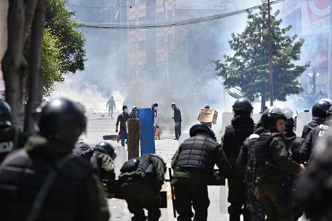 Policia-aprehende-a-17-cocaleros-en-segundo-dia-de-enfrentamientos-en-la-sede-de-Adepcoca