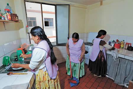 INE-informa-que-117.735-personas-son-trabajadores-del-hogar-en-Bolivia.-De-ellos-94.3%-son-mujeres