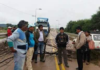 Pobladores-de-la-comunidad-Weenhayek-bloquean-la-carretera-Santa-Cruz---Yacuiba