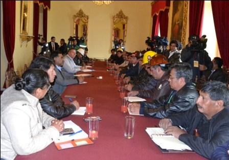 Gobierno-COB,-discutiran-80-demandas
