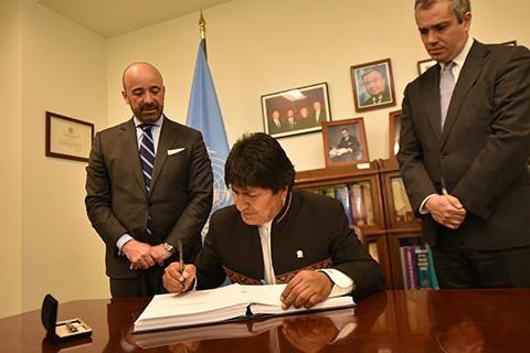 Evo-Morales-firma-tratado-que-prohibe-armas-nucleares-y-convencion-sobre-arbitrajes