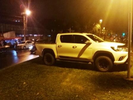 Levantan-11-vehiculos-parqueados-en-jardineras