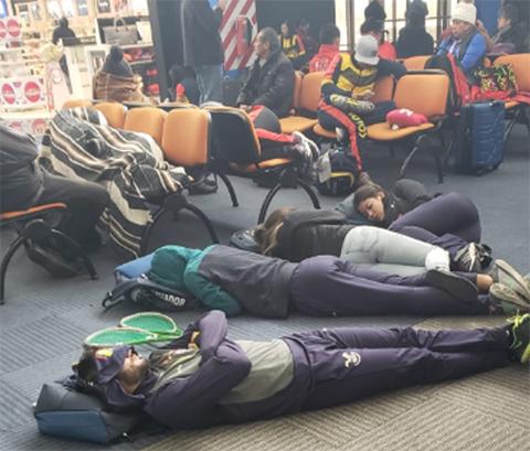 Nevada-retrasa-vuelos-y-pasajeros-quedan-varados-en-el-aeropuerto-de-El-Alto