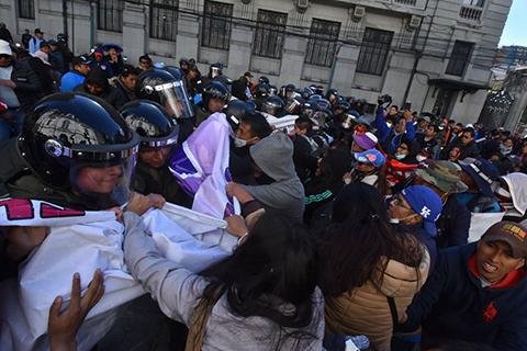 Reportan-altercados-entre-estudiantes-de-la-UPEA-y-la-Policia-en-La-Paz