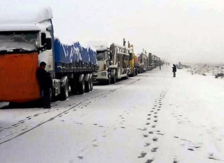 Por-nieve-al-menos-200-camiones-siguen-varados