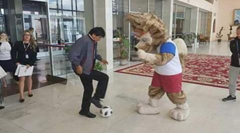 Morales-llega-a-Rusia-y-juega-a-la-pelota-con-la-mascota-oficial-del-Mundial