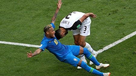 Bar-ofrece-tragos-gratis-por-cada--piscinazo--fingido-por-Neymar