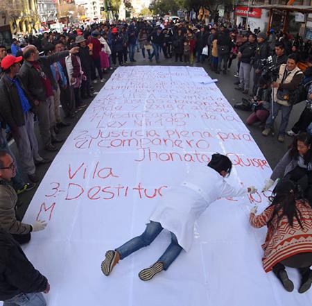 Estudiantes-de-la-UPEA-escriben-una-carta-a-Evo-con-su-sangre
