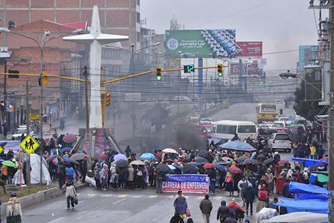 Paro-civico-movilizado-en-El-Alto-con-16-puntos-de-bloqueo-por-demandas-de-la-UPEA