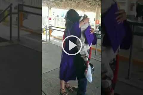 Joven-cruza-frontera-con-Mexico-vestida-con-toga-y-birrete-para-ver-a-su-padre-deportado