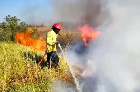 Un-incendio-forestal-afecta-al-aeropuerto-Viru-Viru-y-viviendas-de-la-zona-norte