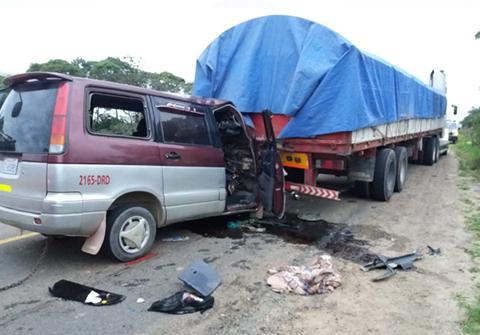 Accidente-entre-un-camion-y-un-minibus-deja-un-muerto-y-5-heridos