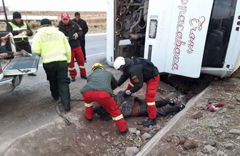 Vuelco-de-bus-deja-cuatro-muertos-y-varios-heridos-en-Caracollo