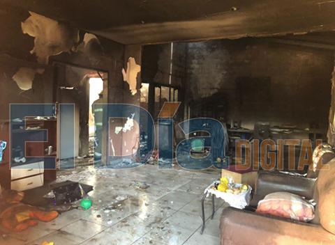 Incendio-consume-una-vivienda-en-el-barrio-Santiago-Parada