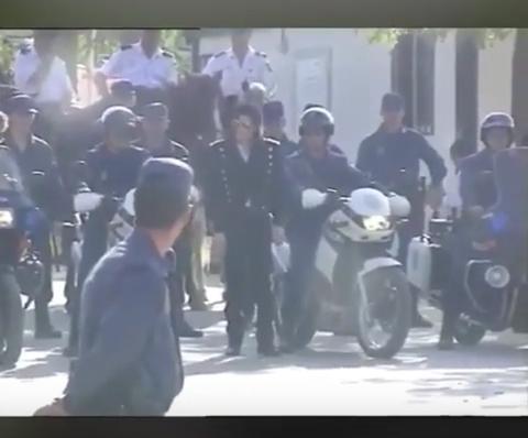 La-policia-espanola-difundio-un-video-inedito-de-Michael-Jackson-rodeado-de-oficiales