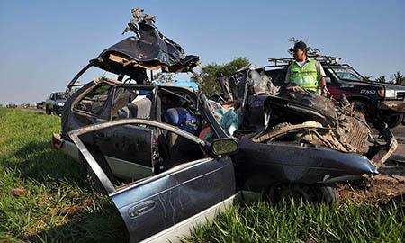 Un-vehiculo-se-embarranca-150-metros-y-deja-tres-muertos