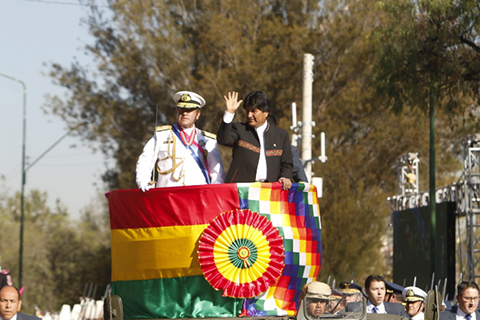 Evo-participa-de-la-Parada-Militar-sin-utilizar-la-banda-y-la-medalla-presidencial