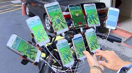 -Anciano-chino-de-70-anos-juega-a-Pokemon-GO-en-su-bici-con-11-moviles-a-la-vez-
