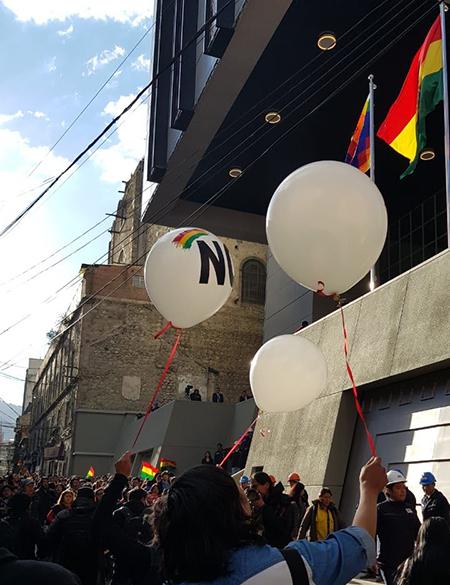 -Militantes-de-Unidad-Nacional-lanzaron-globos-con-la-palabra--No--en-la-inauguracion-del-palacio-de-Evo-
