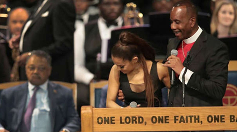 Obispo-se-disculpa-por-toquetear-a-Ariana-Grande-en-funeral
