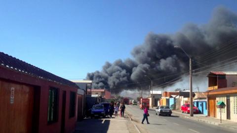 Gobierno-asiste-a-bolivianos-afectados-por-incendio-en-Calama