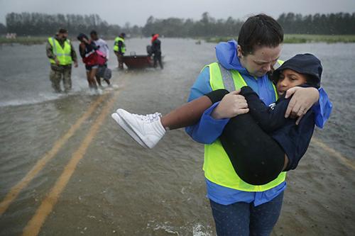 Una-mujer-y-su-bebe-mueren-aplastados-por-un-arbol-tras-el-paso-del-huracan-Florence