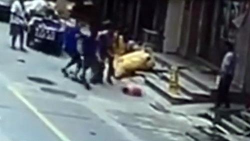 Dos-trabajadores-se-rompen-el-brazo-al-salvar-a-una-nina-de-estrellarse-contra-el-suelo-(video)