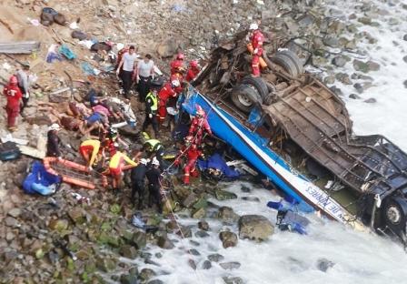12-muertos-y-15-heridos-en-caida-de-bus-en-Peru