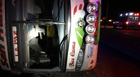 Bus-vuelca-de-costado-y-deja-cinco-muertos-en-ruta-Sucre---La-Paz
