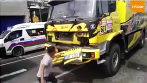 Un-fanatico-del-Dakar-rompio-un-camion-al-tomarse-una-foto-y-provoco-la-ira-del-piloto