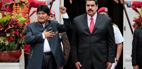 Morales-regalo-un-cuadro-a-Maduro--como-simbolo-de-amistad-entre-las-dos-naciones-