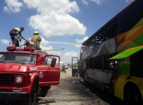 Explosion-de-una-llanta-provoca-incendio-de-un-bus