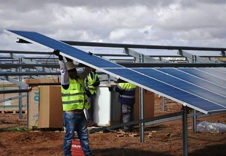 ENDE-recibe-paneles-para-planta-solar